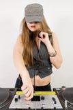Frau DJ, die Schallpegel justiert Lizenzfreie Stockfotos