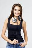 Frau DJ mit Kopfhörern in den Jeans und im schwarzen Hemd Lizenzfreies Stockbild