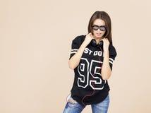 Frau DJ mit Kopfhörern in den Jeans und im schwarzen Hemd Stockfotos