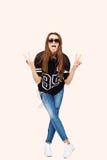 Frau DJ mit Kopfhörern in den Jeans und im schwarzen Hemd Lächelnder Brunette Schönes Modemädchen Studiohintergrund Lizenzfreie Stockfotografie