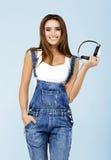 Frau DJ mit Kopfhörern in den Jeans und im weißen Hemd Lizenzfreie Stockbilder