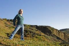 Frau draußen lizenzfreie stockfotos