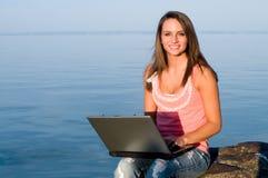 Frau draußen auf Laptop und glückliches stockbilder