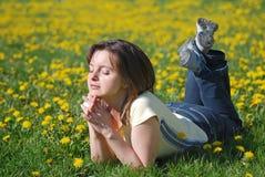 Frau draußen im Frühjahr lizenzfreies stockfoto