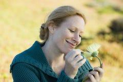 Frau draußen mit Blume Lizenzfreies Stockfoto