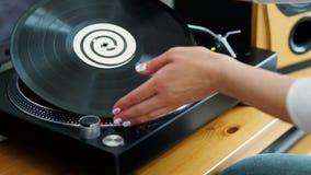 Frau dreht die Drehscheibe beseitigt LP