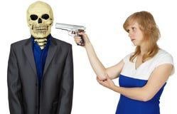 Frau droht mit Pistole zur Person - Skelett Lizenzfreie Stockfotos