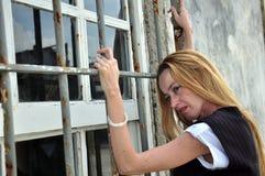 Frau durch abgehaltenes Fenster Stockbilder