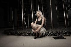 Frau durch abstrakte Kunst Stockfotografie