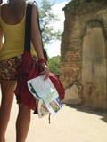 Frau durch alte Ruinen mit Führer Stockfoto