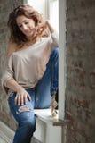Frau durch das Fenster Lizenzfreies Stockfoto