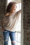 Frau durch das Fenster Stockfotografie