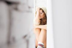 Frau durch das Fenster stockfoto