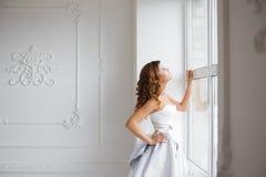 Frau durch das Fenster lizenzfreie stockfotos