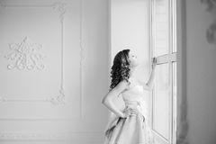Frau durch das Fenster stockbilder