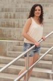 Frau durch das Geländer Lizenzfreies Stockfoto