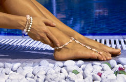Frau durch das Pool mit Armbändern Lizenzfreie Stockfotos
