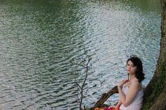 Frau durch das Wasser Lizenzfreie Stockfotos