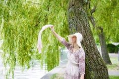 Frau durch den Fluss Lizenzfreie Stockfotografie