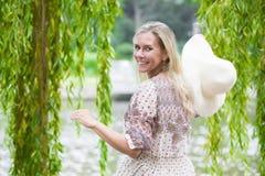 Frau durch den Fluss Lizenzfreies Stockfoto