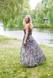 Frau durch den Fluss Stockfoto