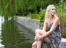 Frau durch den Fluss Stockbild