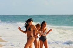 Frau durch den Ozean Lizenzfreies Stockfoto