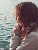 Frau durch einen See Stockfotos