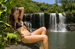 Frau durch einen Wasserfall Stockfotografie