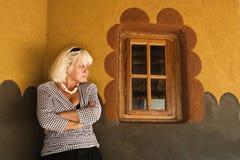Frau durch Fenster stockbild