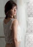 Frau durch Fenster Stockfoto