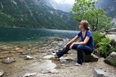 Frau durch Lakeside Stockfotos