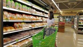 Frau durch Mall mit einer Marktlaufkatze stock footage