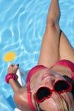 Frau durch Pool mit Cocktail lizenzfreie stockfotos