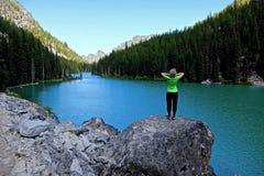 Frau durch See Stockfotografie