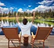 Frau in Ehrfurcht vor der schönen Natur Lizenzfreies Stockfoto