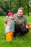Frau ein Mutter- und des kleinen Kindesgehen Lizenzfreie Stockfotos