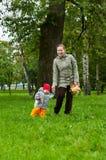Frau ein Mutter- und des kleinen Kindesgehen Lizenzfreie Stockbilder