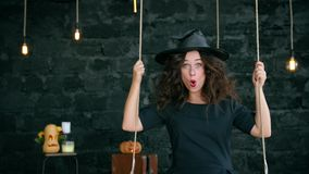 Frau, eine Hexe, Fahrt auf ein Schwingen auf Halloween stock video footage