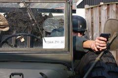 Frau in einem alten Armeefahrzeug Stockbild