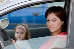 Frau in einem Auto Stockfotos