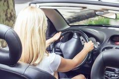 Frau in einem Auto Lizenzfreies Stockfoto