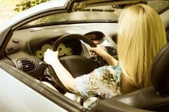 Frau in einem Auto Stockbilder