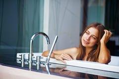 Frau in einem Bad stockfotografie