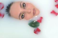Frau in einem Bad mit Blumen Stockfotos