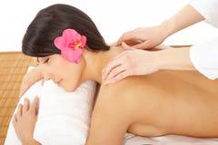 Frau in einem Badekurort, der eine Massage erhält Stockfotografie