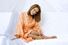 Frau in einem Bademantel lizenzfreies stockbild