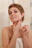Frau in einem Badezimmer stockbild