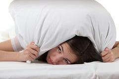 Frau in einem Bett Lizenzfreie Stockbilder