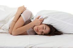 Frau in einem Bett Stockfoto